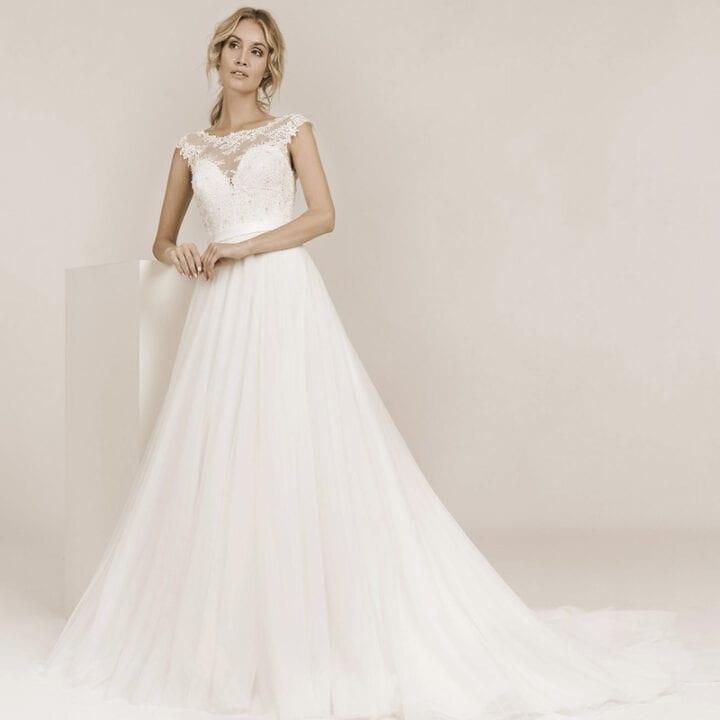 Auf dem Bild ist eine Frau zu sehen die ein A-Linie Hochzeitskleid trägt