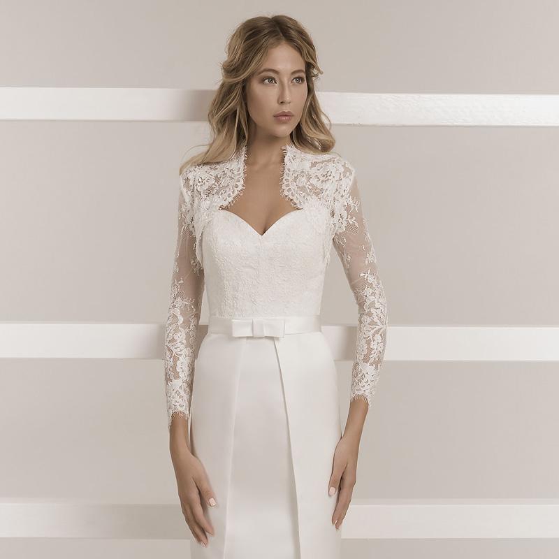 Model trägt ein enges Hochzeitskleid aus Mikado Satin im Japanese Look mit einer Masche und einem Spitzenoberteil