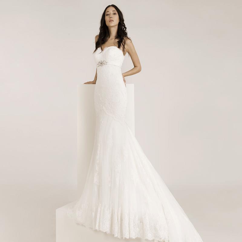 Frau trägt ein Meerjungfrauen Hochzeitskleid mit viel Spitze und Glitzerapplikationen