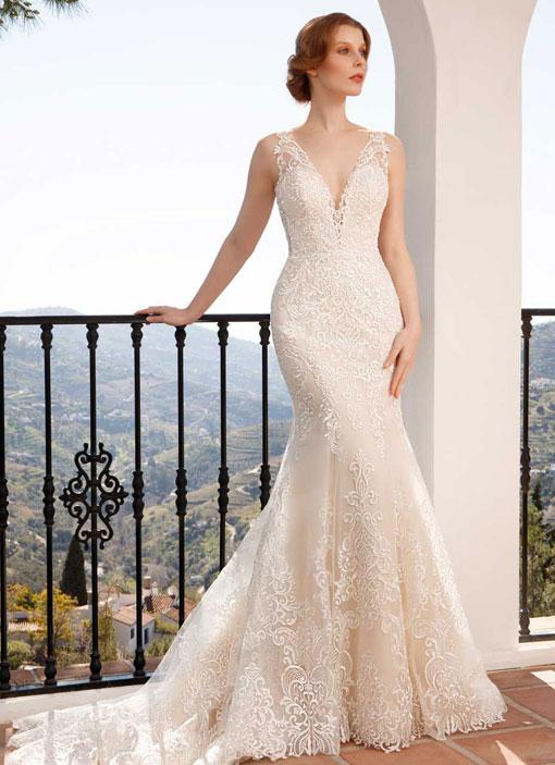 Frau trägt ein enges Spitzenkleid. Das Hochzeitskleid hat einen tiefen V-Ausschnitt am Rücken.