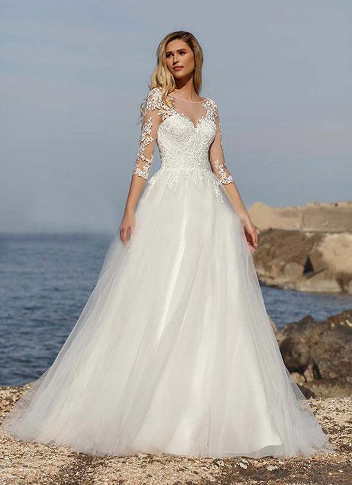 Frau auf dem Bild trägt ein Brautkleid mit einem Tüllrock und Spitzenärmel