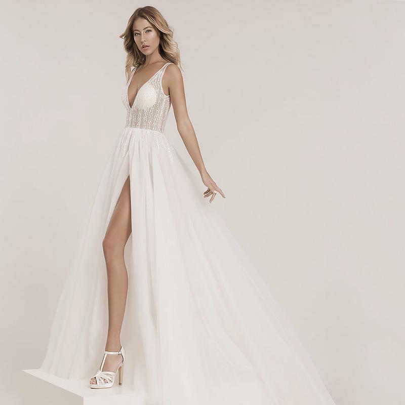 Hochzeitskleid mit einem Beinschlitz und einem transparenten Oberteil mit einem tiefen Rückenausschnitt