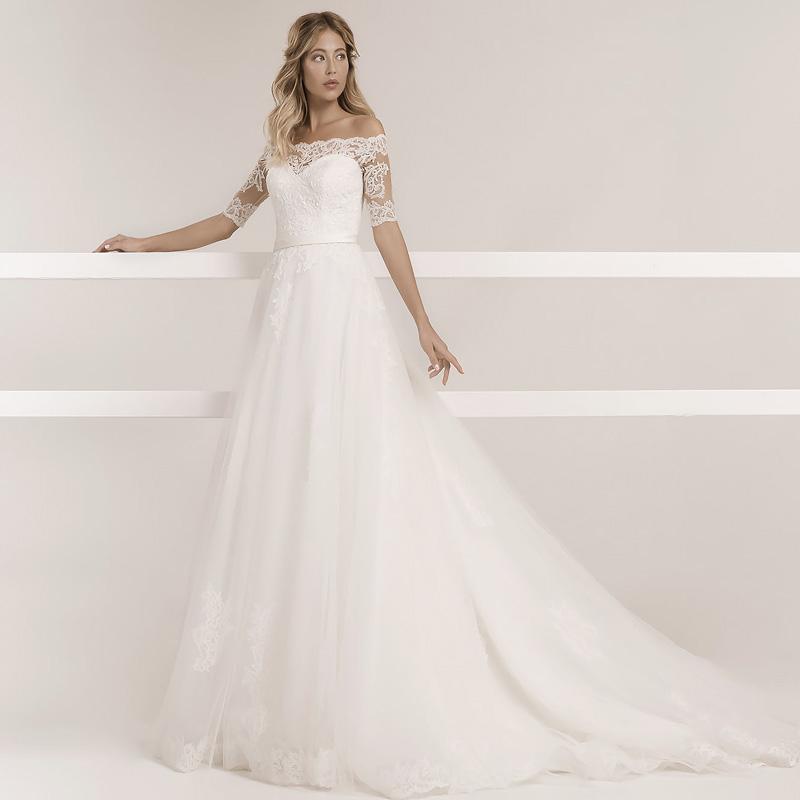 Braut trägt ein A-Linie Hochzeitskleid mit Ärmel und einem Tüllrock