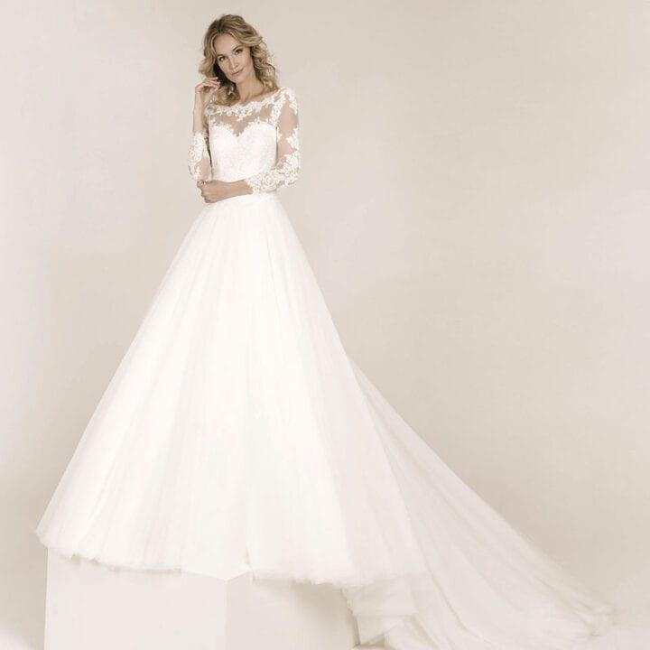 Frau trägt ein A-Linie Brautkleid mit langarm Spitzenoberteil