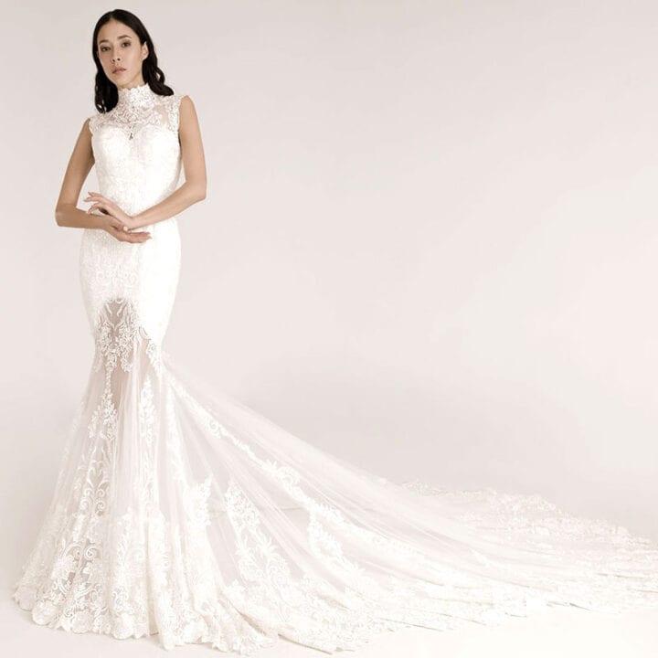 Enges Hochzeitskleid mit Stehkragen, Spitze und einer langen Schleppe