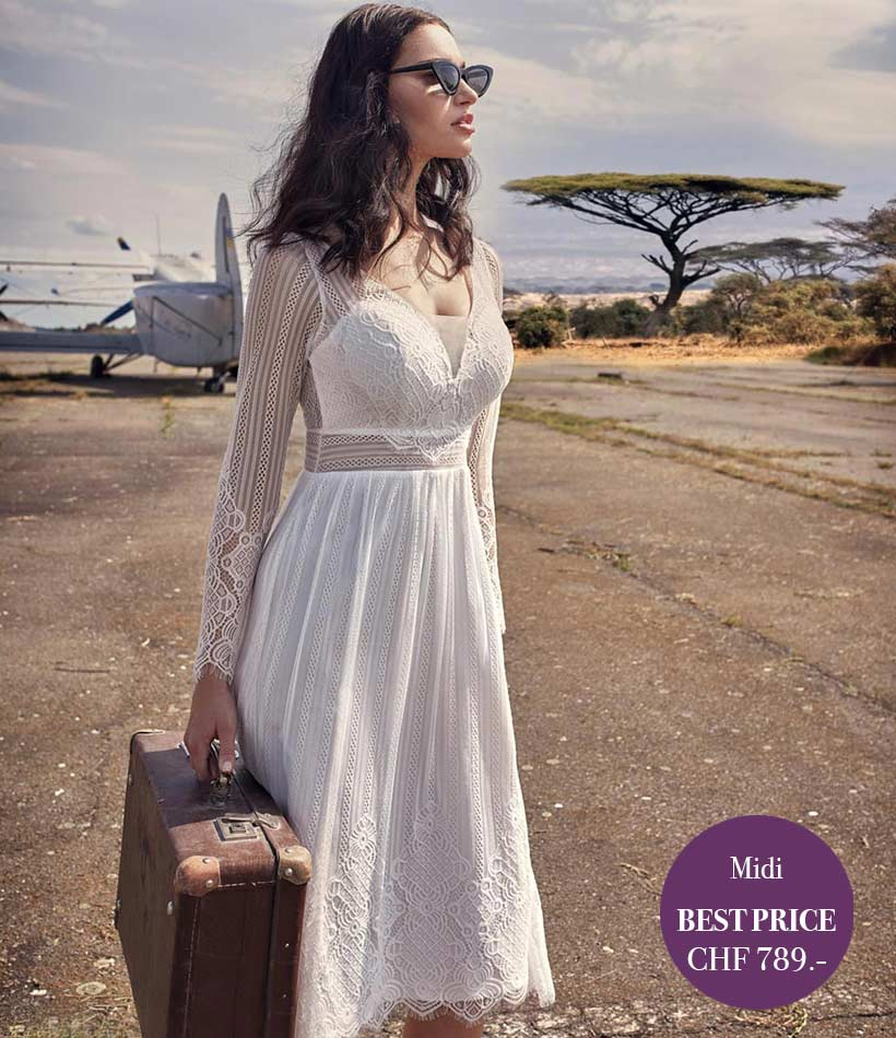 Model trägt ein kurzes Vintage Hochzeitskleid
