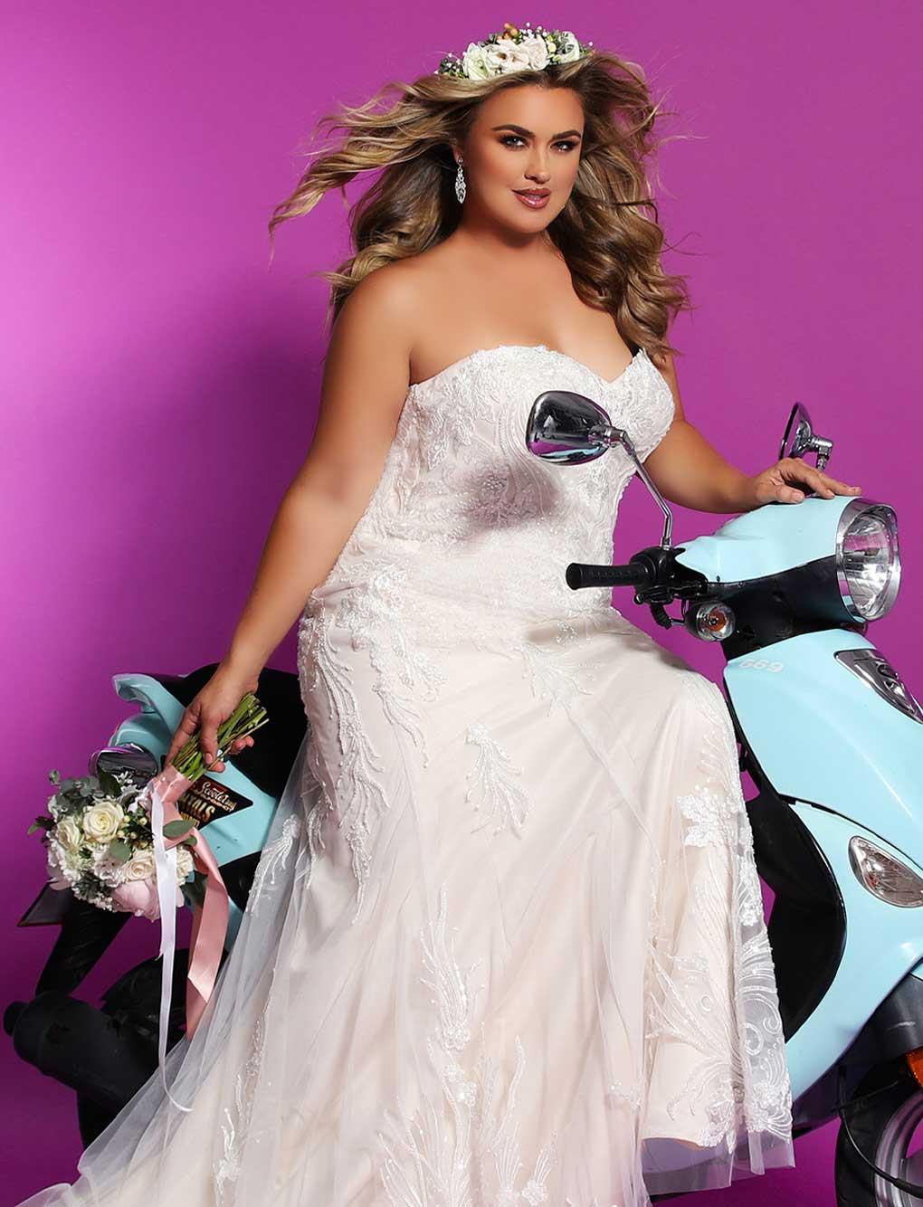 Frau mit Kurven auf Roller trägt ein enges Kleid aus Spitze