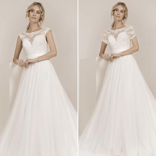 Frau trägt Hochzeitskleid mit Schulterärmel rechts mit langen Ärmel