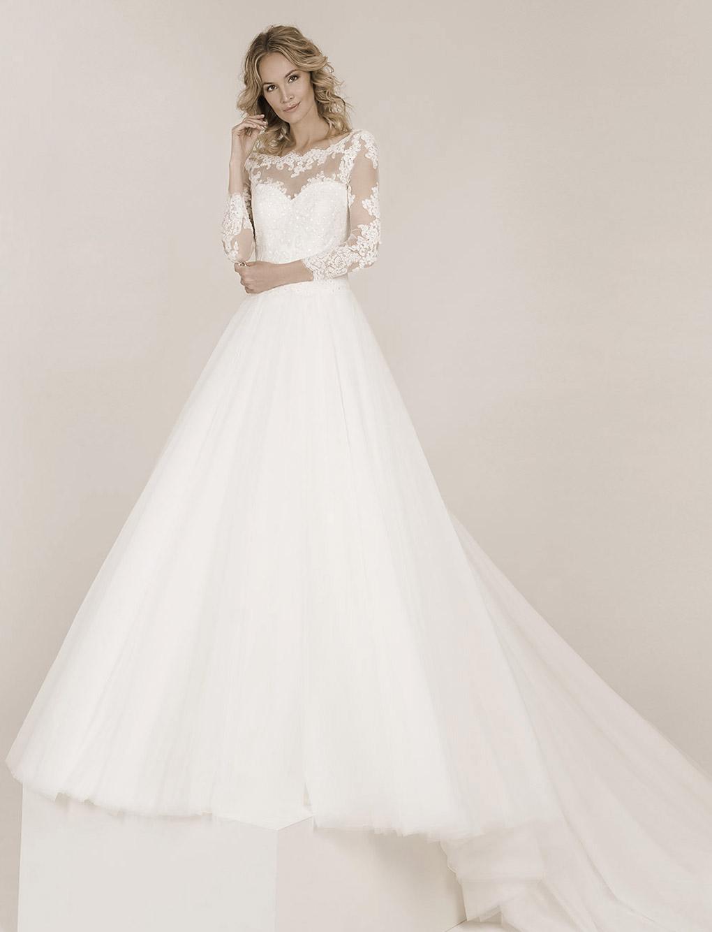 Frau trägt ein Frida Claire Hochzeitskleid mit langen Ärmel und einem weiten Tüllrock
