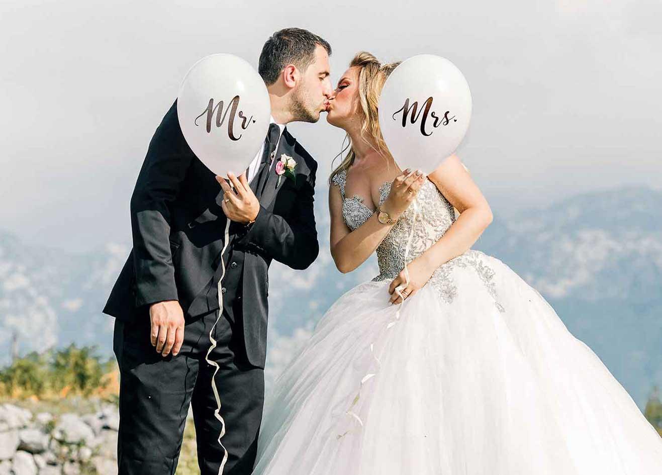 Brautpaar-erste-Kuss